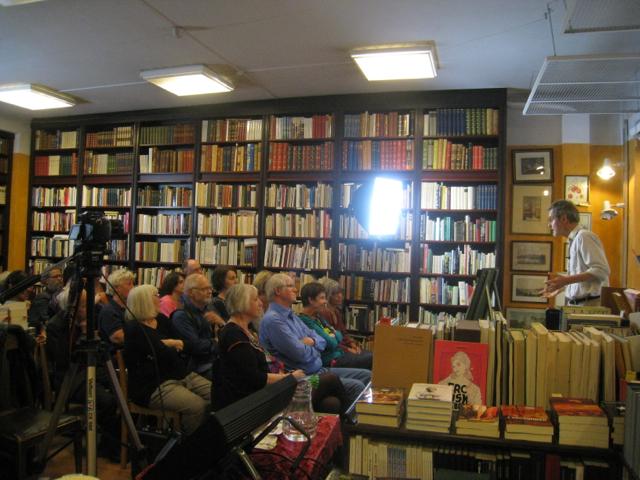 Publiken i Antikvariatet och Ulf Karlström som berättar